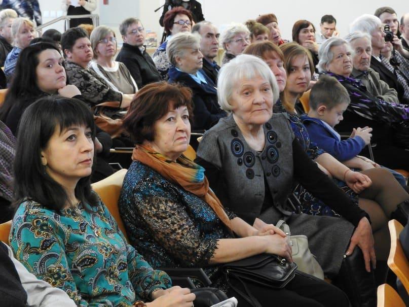 Вепсянка Светлана Петровна Пасюкова (третья слева) и ее подруга стали для Николая Абрамова вторыми мамами