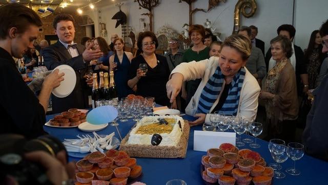 Председатель СТД РК Снежана Савельева разрезает праздничный торт