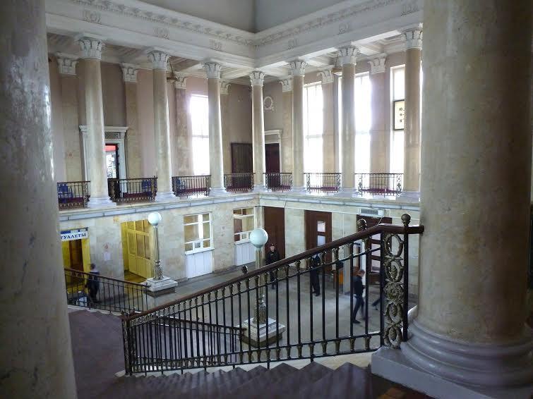 Интерьер центрального зала здания железнодорожного вокзала. Фото Г. Рябкова