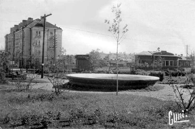 Привокзальная площадь со сквером. С фотографии 1942 года