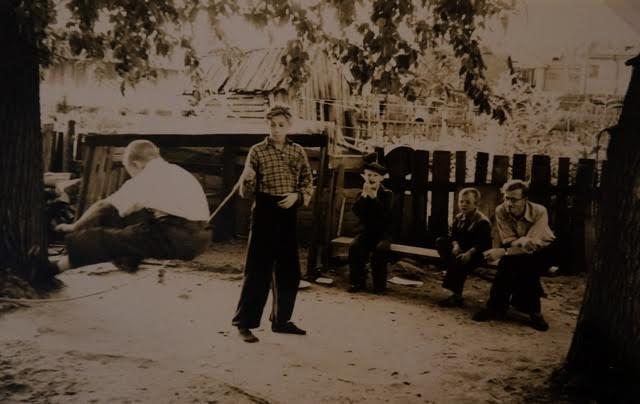 По-моему. совершенно необыкновенный по тем временам снимок! Двор на улице Анохина. 50-е годы