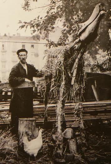 Гавриил Анкудинов во дворе своего дома с заготовкой чучела лося