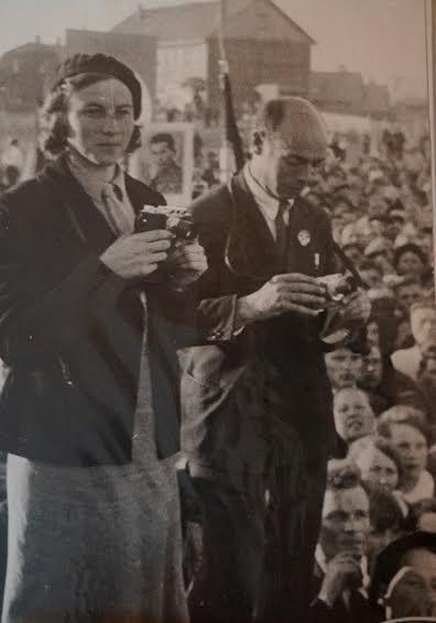 Зинаида Иванова и Яков Роскин на съемке митинга по случаю приезда Ивана Папанина
