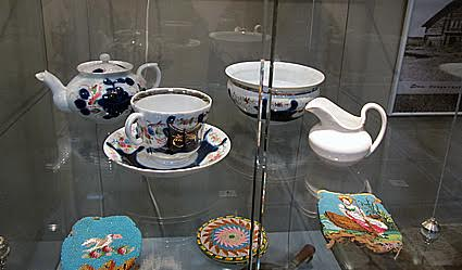 Эти изящные чашки и украшения из бисера попали в крестьянский дом из столицы