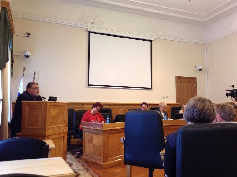 Министр Александр Морозов на трибуне парламента