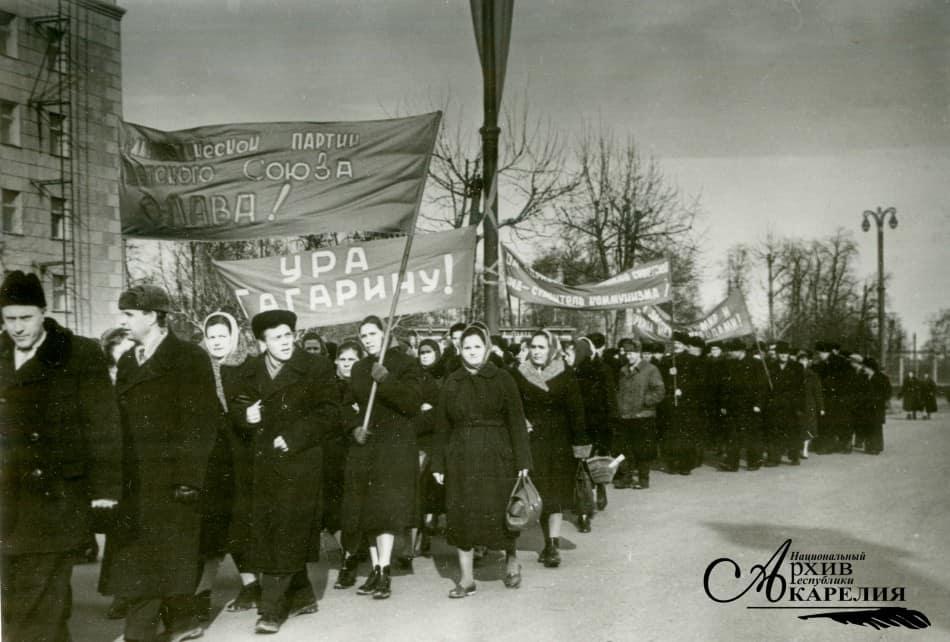 Жители г. Петрозаводска направляются на митинг, посвященный полету в космос Ю. А. Гагарина. Место и время съемки: Петрозаводск, 14 апреля 1961 г. Автор фото: Щеглов Е. А.