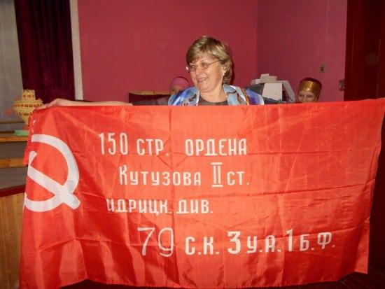 Великогубской школе передана копия Знамени Победы. Фото Валентины Евсеевой