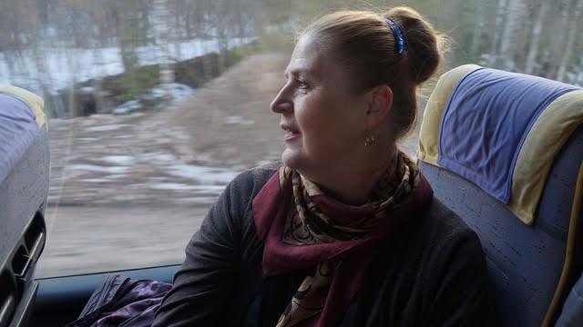 Инкери Петрук, отправившаяся на этот раз в путешествие как зритель, когда-то пела в хоре вместе с сестрой, мамой и свекровью. Яркая, веселая, она смеется: «Давайте познакомимся! Меня зовут Инкери! Да-да, хор имени меня!»