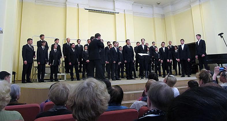 На сцене Мужской хор Карелии и юношеская вокальная группа