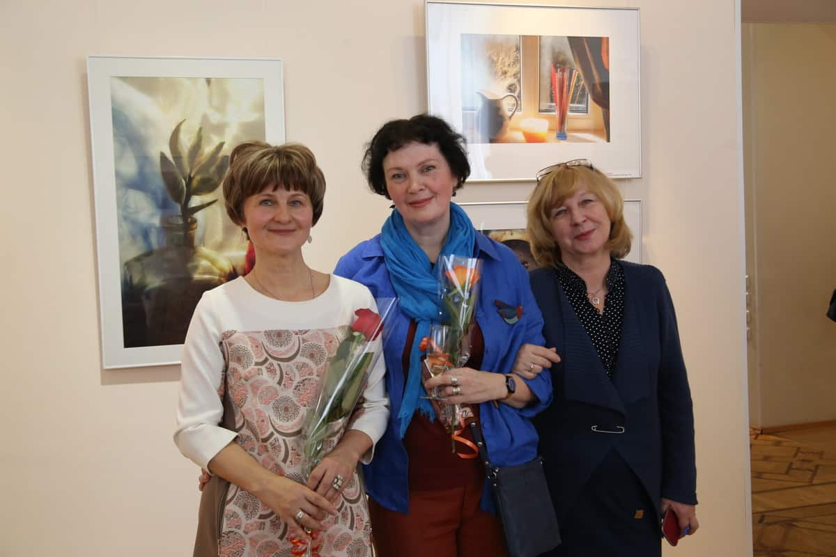 На вернисаже (слева направо): Ирина Ларионова, Виктория Зорина и куратор выставки Анита Дункерс