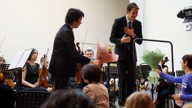 Свой букет Мариус Стравинский передал потом одной из оркестранток. Фото Ирины Ларионовой
