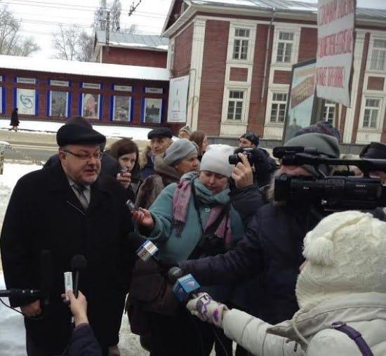 Министр Александр Морозов на митинге родителей и педагогов СШИ перед стенами министерства образования. 1 марта 2016 года