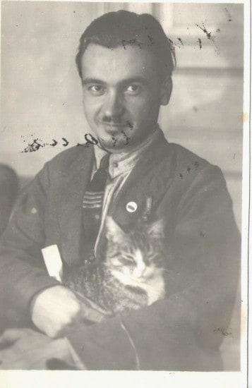 Александр Кирович Котиков с котом Мишкой, 1940-е годы.