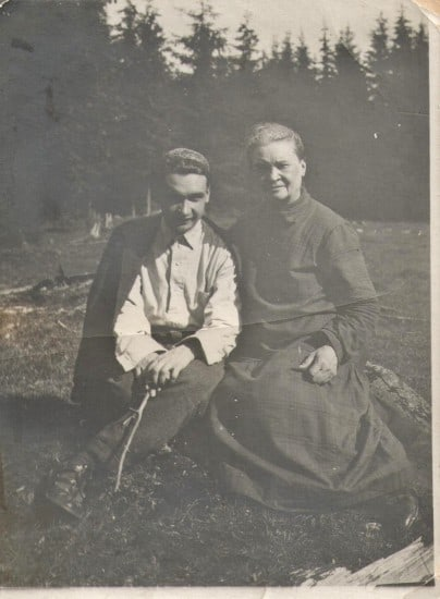 Александр Кирович Котиков с матерью Натальей Митрофановной, урождённой Щербаковой, 1928 год