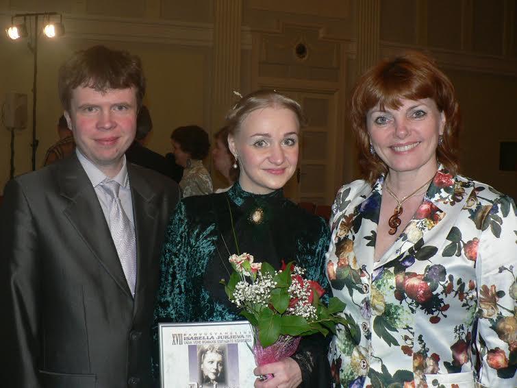 Валентина Моисеева (в центре) с членом жюри Ольгой Сосновской и пианистом Матвеем Бакалиным