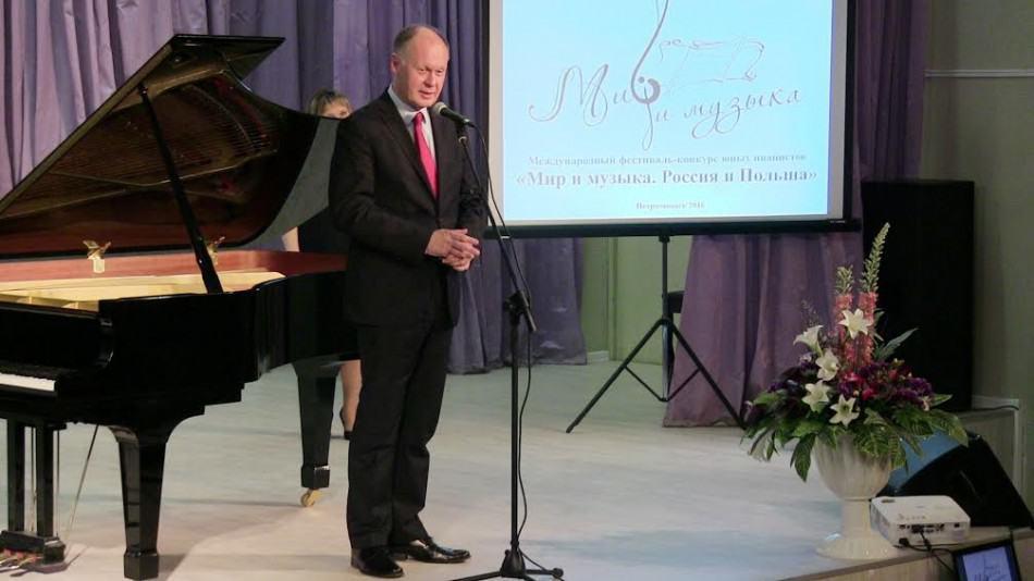Гостей и участников фестиваля-конкурса приветствует  Генеральный консул Республики Польша в Санкт-Петербурге Анджей Ходкевич
