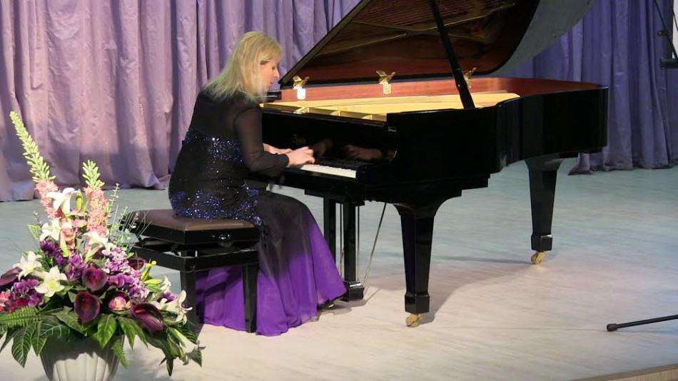 На открытии в исполнении члена жюри Иоанны Марии Лавринович прозвучали произведения Шопена