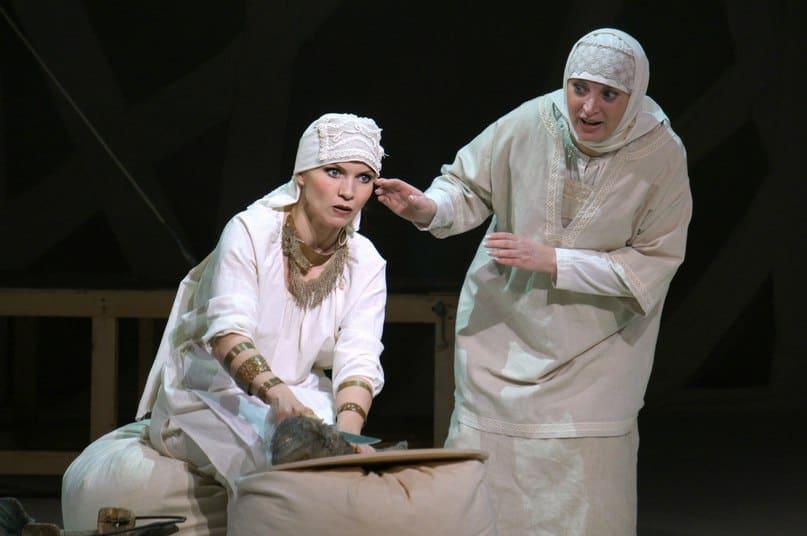 Ведунья (Ольга Портретова) и Насто (Элина Веселова). Фото НТ РК