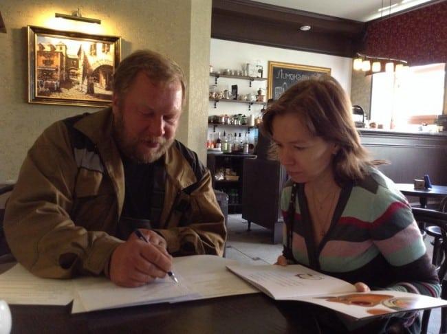 Члены жюри Дмитрий Новиков и Ирина Мамаева обсуждают шорт-лист. Яна Жемоейтлите и Татьяна Перцева участвуют заочно