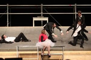 """Сцена из спектакля """"Пьяные"""" БДТ имени Товстоногова. Фото из группы vk.com/bdtspb"""