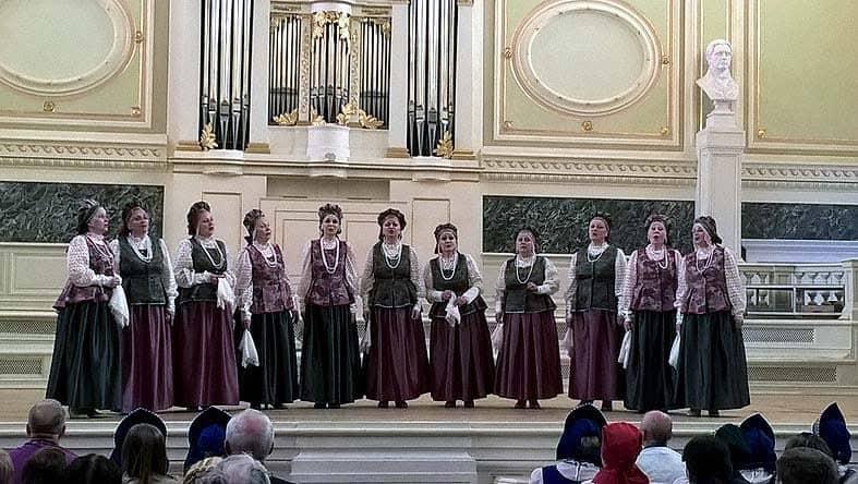 Ансамбль русской народной песни «Катюша» на сцене Санкт-Петербургской хоровой капеллы
