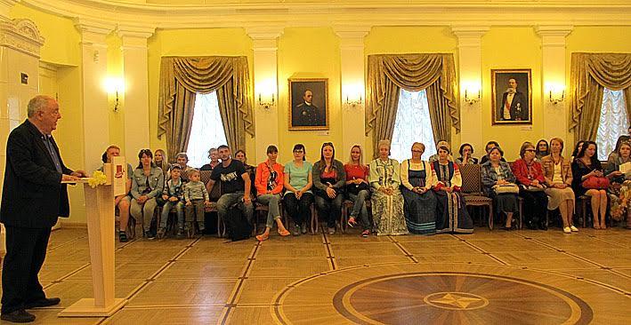 В зале Благородного собрания музея, гостей вернисажа приветствует директор музея М.Гольденберг