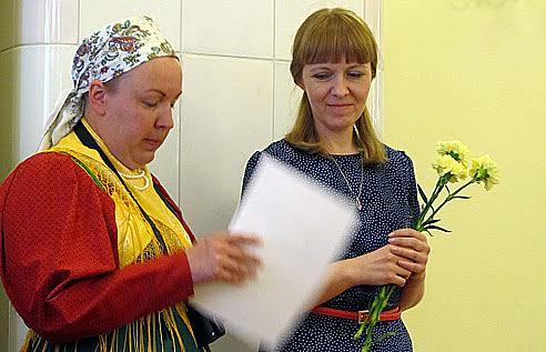 Мастер по пошиву народного костюма Н. Денисова (слева) и куратор выставки Е. Логвиненко