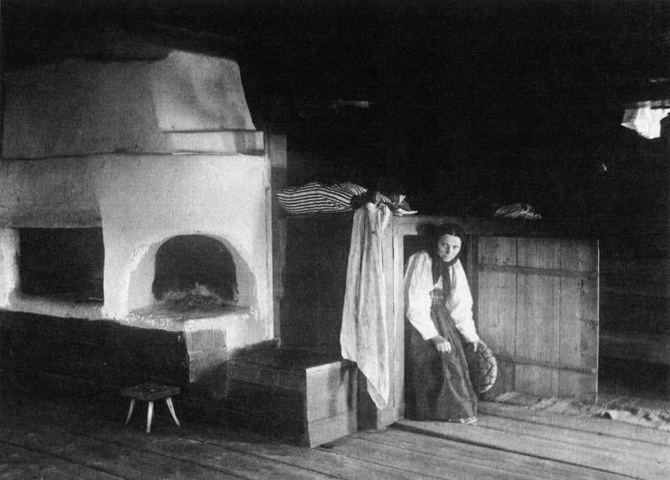 Хозяйка дома, Беломорская Карелия (из книги Inha I. K. Kalevalan laulumailta. Helsinki, 1999