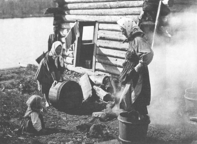 Молодые хозяйки дома Мииноа Савина стирают белье. Беломорская Карелия