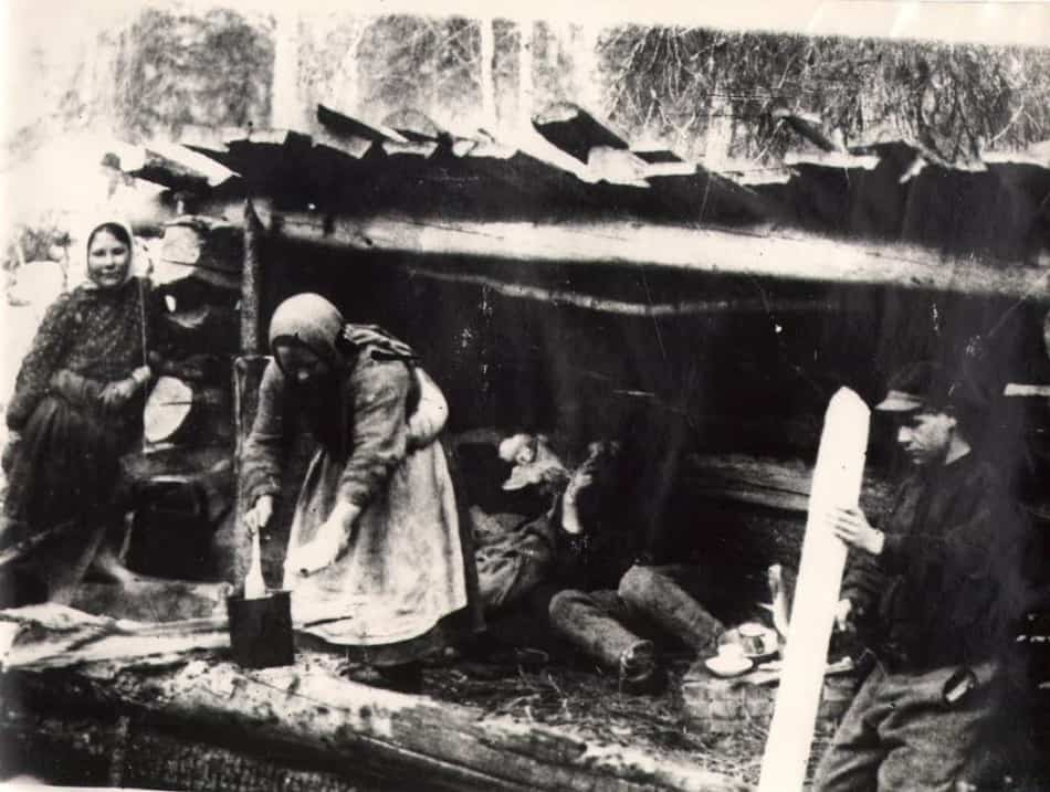 Женщины на лесозаготовках. Конец 1920-х гг. (Научный архив КарНЦ РАН