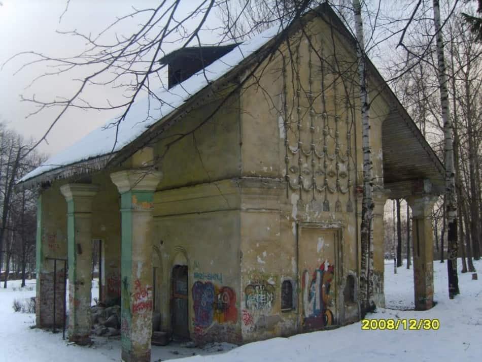 Кинобудка Летнего кинотеатра в парке - кирпичная часть здания, уцелевшая во время пожара. Фото vk.com/club_10region_ptz