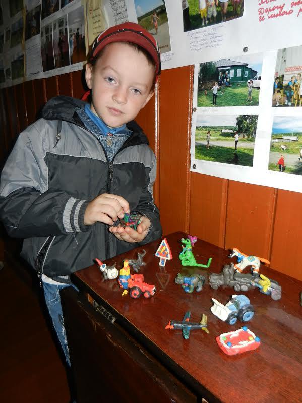 Юный художник Денис Панкратов со своими работами
