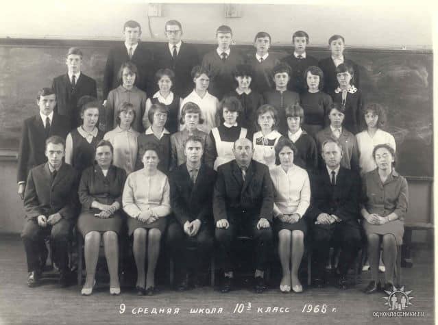 В первом ряду в центре Виктор Степанов и Исаак Фрадков с десятиклассниками 9-й школы. 1968 год
