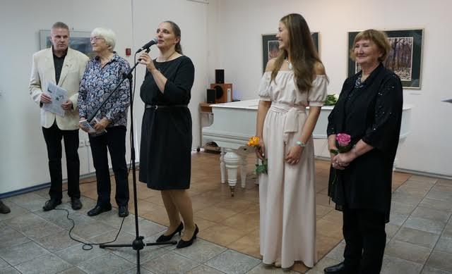 Выставку открывает директор Городского выставочного зала Мария Юфа