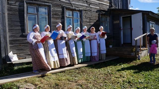Поет фольклорная вокальная группа «Гармония»