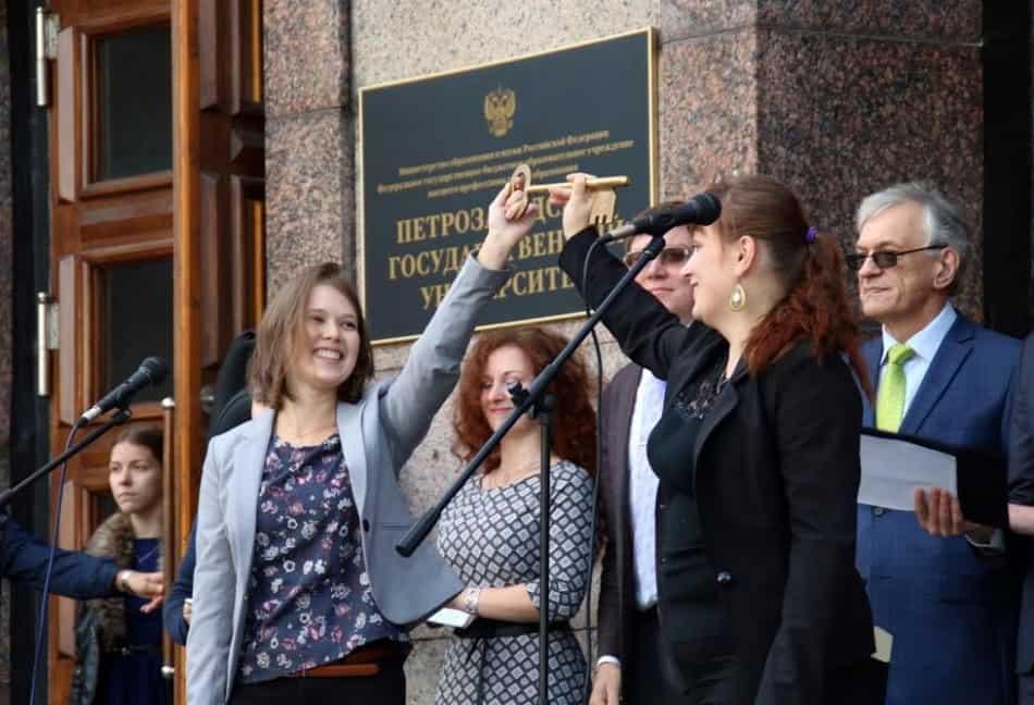 Передача символического ключа от университета.