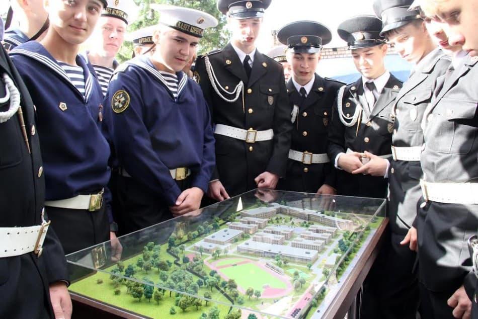 Петрозаводские кадеты у макета будущего училища