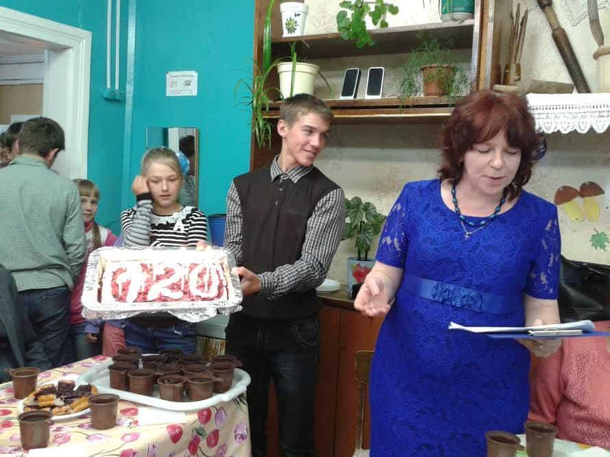К юбилейному пирогу приглашает Ж.Л. Пороева, директор местного клуба