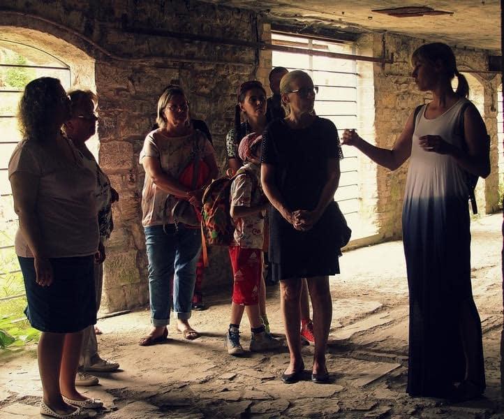 Наталья Егорова и посетители выставки