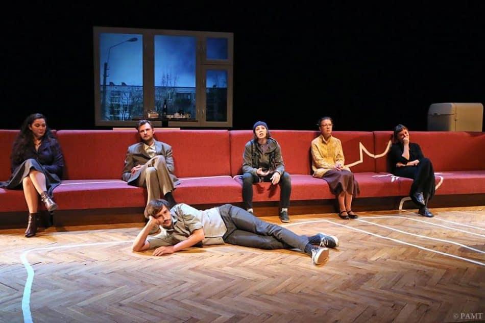 Сцена из спектакля  «Кот стыда» Российского академического Молодежного театра