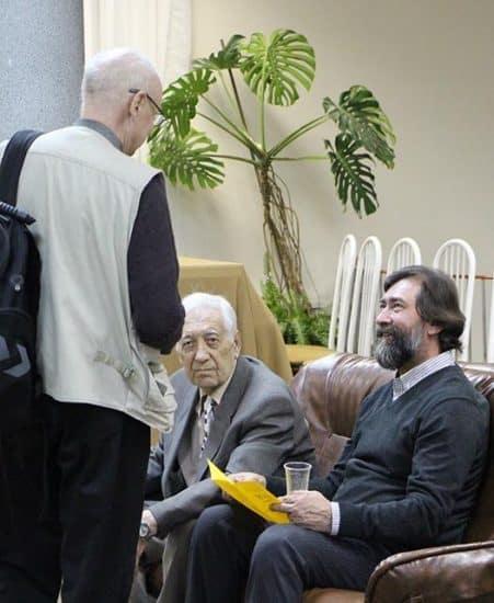 В кулуарах пленума. Композитор Эдуард Патлаенко (сидит слева)