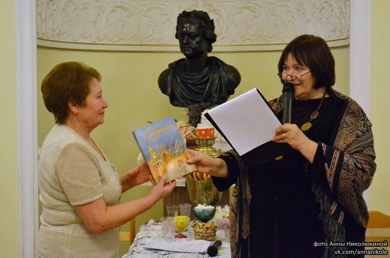 Книга вручается В.В. Омельчак, автору и волонтеру проекта из Сенной Губы