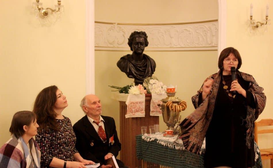 Справа налево: автор Н.В. Фёдоров и родственники авторов Ф.С. Карпина и М.Д. Рындиной. Фото: Андрей Скорняков